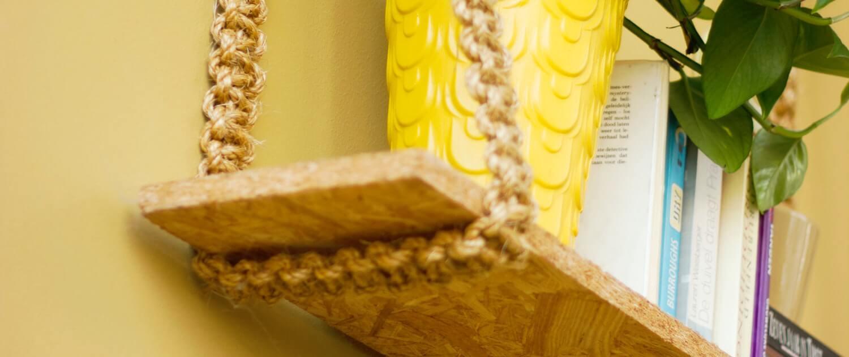 Étagère suspendue à partir d'une planche en bois et de cordes