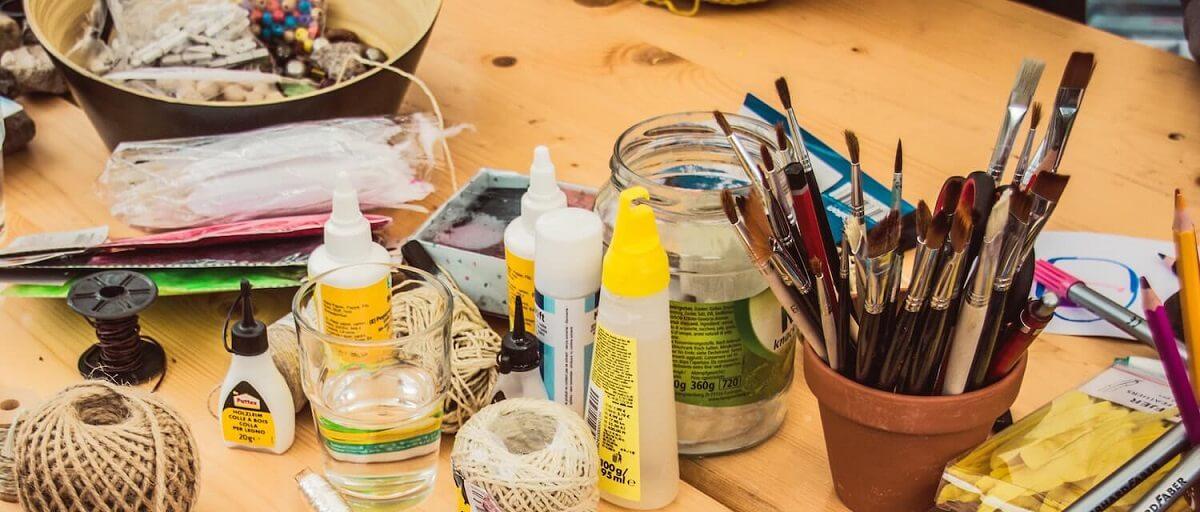Table avec outils de bricolage