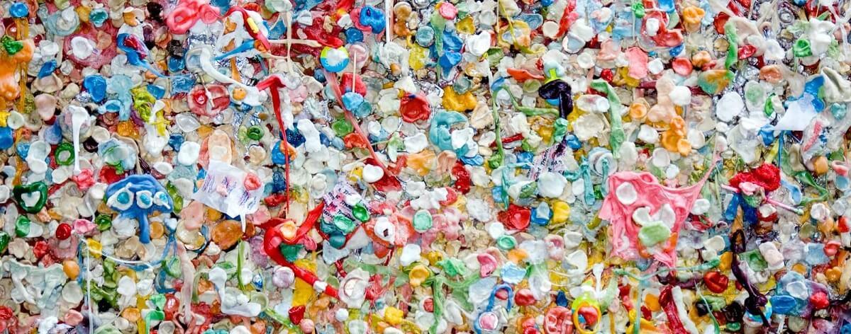 Déchets plastiques de toutes les couleurs