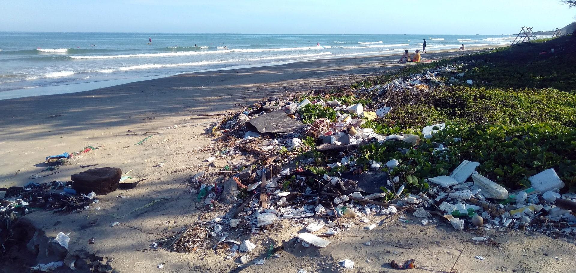 plage avec déchets